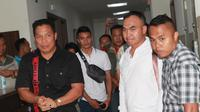 Kapolda NTT Irjen Hamidin bersama jajarannya menjenguk pilot Batik Air yang pingsan saat hendak mendarat di Bandara El Tari Kupang. Pilot bernama Kapten Djarot Harnanto kini dirawat di RS Siloam, Kupang. (Ola Keda/Liputan6.com)