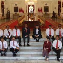 Presiden Joko Widodo dan Wapres Ma'ruf Amin memperkenalkan Wakil Menteri Kabinet Indonesia Maju di Istana Merdeka, Jakarta, Jumat (25/10/2019). Jokowi mengumumkan para wakil menterinya dengan cara lesehan di anak tangga di dalam Istana. (Sports Unisda.com/Angga Yuniar)