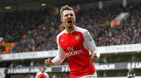 Pemain Arsenal, Aaron Ramsey menambah keunggulan timnya saat melawan Swansea City pada laga Premier League di Emirates Stadium, (28/10/2017). Arsenal menang 2-1. (AFP/IKimages)