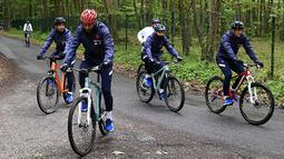 Karim Benzema mengendarai sepeda di Pusat latihan Timnas Prancis di Clairefontaine-en-Yvelines, Rabu (26/5/2021). Benzema kembali memperkuat Timnas Prancis setelah enam tahun absen. (AFP/Franck FIfe)