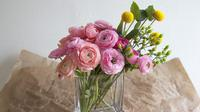 Anda bisa membuat tampilan bunga potong tetap segar dengan cara mengawetkannya.