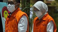 Anggota DPR RI 2019-2024 yang juga mantan Bupati Probolinggo, Hasan Aminuddin bersama Bupati Probolinggo periode 2013-2018 dan 2019-2024, Puput Tantriana Sari jelang rilis penetapan dan penahanan tersangka di Gedung KPK, Jakarta, Selasa (31/8/2021). (Liputan6.com/Helmi Fithriansyah)