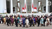 Presiden Joko Widodo didampingi Wapres Ma'ruf Amin berfoto bersama jajaran menteri Kabinet Indonesia Maju yang baru dilantik dengan didampingi istri dan suami mereka di Istana Negara, Jakarta, Rabu (23/10/2019). (Liputan6.com/Angga Yuniar)