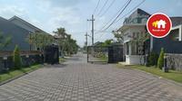Istilah rumah klaster sendiri merujuk pada  lingkungan perumahan yang dibangun berkelompok dalam satu area.