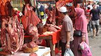 Pembeli memilih daging kerbau dan sapi yang dijual pedagang musiman di Pasar Ciledug, Tangerang, Rabu (13/6). Pada H-2 Idul Fitri, harga daging sapi mengalami kenaikan hingga mencapai Rp 140 ribu per kilogram. (Liputan6.com/Angga Yuniar)