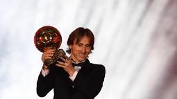 1. Luka Modric – Karier Modric menjadi pesepak bola terbaik dunia tidak lah mulus. Bertempat tinggal di kota Zadar yang saat itu tengah dilanda perang. (AFP/Franck Fife