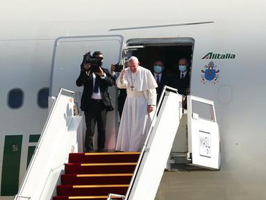 Paus Fransiskus (kanan depan) mengucapkan selamat tinggal setelah mengakhiri kunjungannya ke Irak di Bandara Baghdad, Irak, Senin (8/3/2021). Paus Fransiskus meninggalkan Irak setelah tiga hari tur bersejarah di Irak. (AP Photo/Khalid Mohammed)