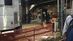 Satu kereta komuter dari New York tergelincir dan menghantam stasiun kereta Hoboken di New Jersey, Kamis (29/9). Tembok luar bangunan stasiun rusak berat akibat kecelakaan ini. (Courtesy of Kaitlin McCabe via REUTERS)