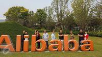 Sejumlah wisatawan berfoto di depan logo Alibaba saat mengunjungi kantor pusat di Hangzhou, China, yang merupakan salah satu perusahaan layanan e-commerce terbesar di dunia. (Liputan6.com/Iwan Triono)