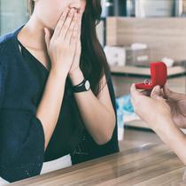 Ilustrasi seorang wanita cantik dilamar kekasihnya. (Shutterstock)