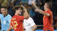 Bek Spanyol, Alvaro Odriozola, merayakan gol yang dicetaknya ke gawang Swiss pada laga persahabatan di Stadion La Ceramica, Vila-real, Minggu (3/6/2018). Kedua negara bermain imbang 1-1. (AFP/Jose Jordan)