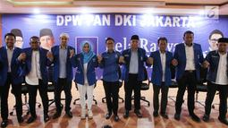 Ketua DPW Partai Amanat Nasional Eko Hendro Purnomo (Eko Patrio) foto bersama dengan Caleg terpilih usai jumpa pers di Sekretariat DPW PAN, Jakarta Timur, Senin (20/5). Berkat dukungan dan kerja keras semua pihak, PAN Jakarta mengalami peningkatan yang sangat significant. (Liputan6.com/HO/Soni)