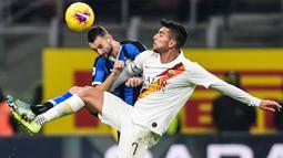 Bek Inter Milan, Marcelo Brozovic, berebut bola dengan gelandang AS Roma, Lorenzo Pellegrini, pada laga Serie A Italia di Stadion San Siro, Milan, Jumat (6/12). Kedua klub bermain imbang 0-0. (AFP/Miguel Medina)