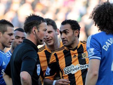 Ahmed Elmohamady menyatakan pendapatnya kepada wasit Mark Clattenburg pada pertandingan sepak bola Liga Inggris antara Hull City vs Chelsea di Stadion Kingston Communications, Hull (11/01/14). (AFP/Lindsey Parnaby)
