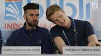 Pebulutangkis asal Inggris, Chris Langridge (kanan) bersama Anders Antonsen (Denmark) saat memberi keterangan terkait kesiapan berlaga di Istora Senayan Jakarta, Senin (15/7/2019). Indonesia Open 2019 akan dihelat pada 16-21 Juli 2019. (Liputan6.com/Helmi Fithriansyah)