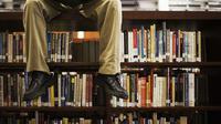 10 Tanda Kalau Kamu Seorang Kutu Buku Akut | via: acidfreepulp.com