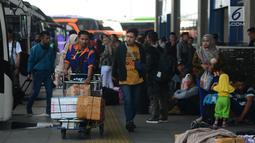 Petugas membawa barang bawaan calon pemudik di Terminal Pulo Gebang, Jakarta, Sabtu (1/6/2019). Puncak arus mudik di Terminal Pulo Gebang diprediksi terjadi pada H-3 Lebaran. (merdeka.com/Imam Buhori)