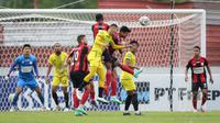 Duel sengit antara Barito Putera kontra Persipura dalam lanjutan BRI Liga 1 2021/2022 di Stadion Moch. Soebroto, Magelang, Senin (25/10/2021).