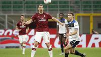 Pemain AC Milan Zlatan Ibrahimovic berebut bola dengan pemain Atalanta Mattia Caldara pada pertandingan Serie A di Stadion San Siro, Milan, Italia, Jumat (24/7/2020). Pertandingan berakhir 1-1. (AP Photo/Antonio Calanni)
