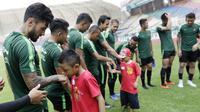 Pemain Timnas Indonesia berjumpa dengan anak-anak pasien kanker saat latihan di Stadion Wibawa Mukti, Jawa Barat, Senin (5/11). Pemusatan latihan Timnas ini merupakan persiapan jelang Piala AFF 2018. (Bola.com/M Iqbal Ichsan)