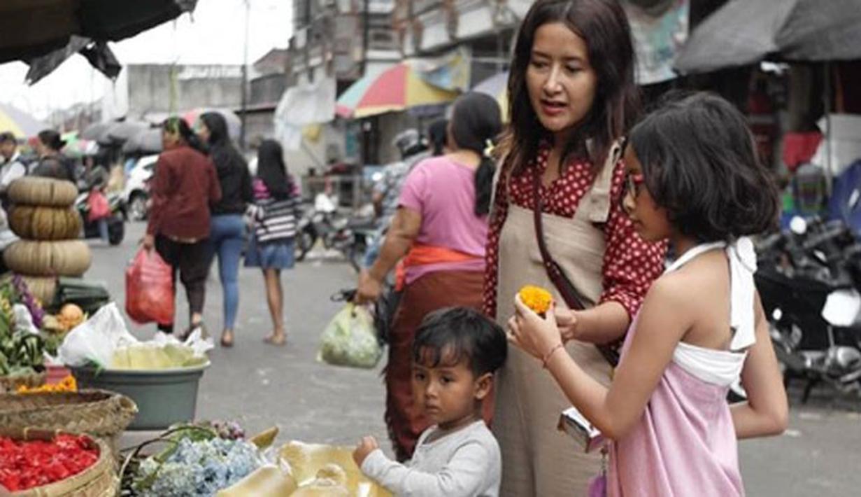 Pada momen liburan beberapa waktu lalu, keluarga Dwi Sasono dan Widi Mulia memutuskan untuk berlibur ke Bali. Tak hanya mengunjungi tempat wisata, keluarga ini juga pergi ke pasar tradisional. (Foto: instagram.com/widimulia)