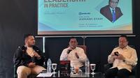 Mantan Direktur Utama PT Bank Rakyat Indonesia ([BRI], Asmawi Syam, meluncurkan buku pertamanya yang berjudul Leadership in Practice: Apa Kata Asmawi Syam, berkolaborasi dengan Guru Besar Universitas Indonesia Profesor Rhenald Kasali. (Liputan6.com/Athika Rahma)