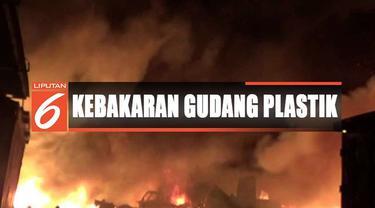 Petugas pemadam kebakaran Kota Bandung yang terjun ke lokasi kejadian bahu membahu memadamkan api.