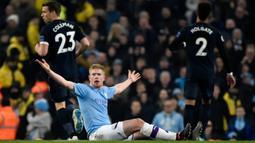Pemain Manchester City Kevin De Bruyne bereaksi saat menghadapi Everton pada pertandingan lanjutan Liga Inggris di Etihad Stadium, Manchester, Inggris, Rabu (1/1/2020). Dua gol Gabriel Jesus membawa Manchester City menang 2-1. (AP Photo/Rui Vieira)