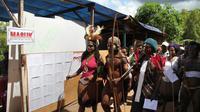 Warga Papua tampak beramai-ramai datangi Tempat Pemungutan Suara di Jayapura, Papua (9/7/14) (AFP PHOTO / Liva Lazore)