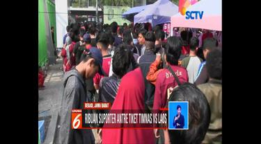 Ribuan suporter antre untuk dapatkan tiket pertandingan bola antara Indonesia vs Laos di Stadion Patriot Chandrabaga, Bekasi.
