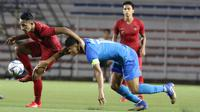 Bek Timnas Indonesia U-22, Dodi Alekvan Djin, mengontrol bola saat melawan Singapura U-22 pada laga SEA Games 2019 di Stadion Rizal Memorial, Manila, Kamis (28/11). Indonesia menang 2-0 atas Singapura. (Bola.com/M Iqbal Ichsan)