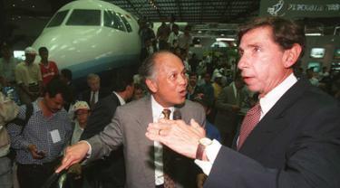 BJ Habibie yang menjabat sebagai Menteri Negara Riset dan Teknologi (Menristek) berbincang dengan Menteri Perdagangan AS, Mickey Kantor ketika mengunjungi Industri Pesawat Terbang Nusantara (IPTN) pada 27 Juni 1996. (Photo by JOHN MACDOUGALL / AFP)