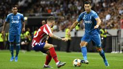 Gelandang Juventus, Cristiano Ronaldo, berusaha melewati bek Atletico Madrid, Kieran Trippier, pada laga ICC di Stadion Solna, Stockholm, Sabtu (10/8). Atletico menang 2-1 atas Juventus. (AFP/Erik Simander)