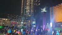 Warga memadati Bundaran HI meyambut tahun baru 2019.