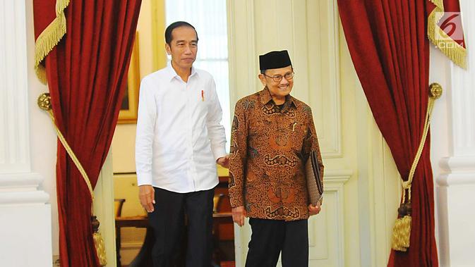 Presiden Joko Widodo atau Jokowi (kiri) saat menerima kunjungan Presiden ketiga RI BJ Habibie di Istana Merdeka, Jakarta, Jumat (24/5/2019). Habibie datang sekitar pukul 14.19 WIB mengenakan pakaian batik cokelat. (/Angga Yuniar)