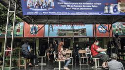 Warga lansia menunggu untuk menjalani vaksinasi COVID-19 di SDN 05 Penggilingan, Jakarta, Kamis (25/2/2021). Pemerintah melalui Kementerian Kesehatan menargetkan 21,5 juta warga lansia di Indonesia mendapatkan vaksinasi COVID-19 tahap kedua. (merdeka.com/Iqbal S. Nugroho)