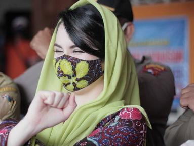 Meski menggunakan masker, Arumi Bachsin tetap menawan dan menarik perhatian. Ia kerap mengenakan masker dengan warna yang serasi dengan kerudung atau pakaiannya. (Liputan6.com/IG/@arumibachsin_94).