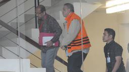 Direktur Utama PT PLN nonaktif Sofyan Basir menaiki tangga bersiap menjalani pemeriksaan oleh penyidik di Gedung KPK. Jakarta, Selasa (11/6/2019). Sofyan Basir diperiksa sebagai tersangka terkait menerima suap dalam pembangunan proyek PLTU Riau-1. (merdeka.com/Dwi Narwoko)