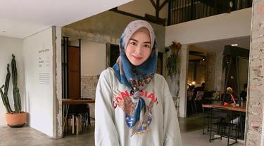 Dengan sweater dan celana jeans denim, gaya gadis yang dikatakan mirip Song Hye Kyo ini terlihat simpel namun tetap menawan. (Liputan6.com/IG/xolovelyayana)