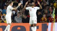 Gelandang Inggris, Raheem Sterling, merayakan gol yang dicetaknya ke gawang Spanyol pada laga UEFA Nations League di Stadion Benito Villamarin, Sevilla, Senin (15/10). Spanyol kalah 2-3 dari Inggris. (AFP/Cristina Quicler)