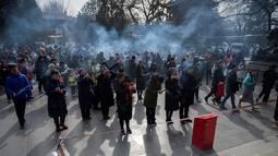 Sejumlah warga berdoa untuk keberuntungan pada hari kelima Tahun Baru Imlek di Yonghegong, atau Kuil Lama di Beijing (9/2). Warga China di seluruh dunia menyambut Tahun Babi pada 5 Februari.  (AFP Photo/Nicolas Asfouri)