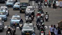 Pengendara sepeda motor melintas di Jalan MH Thamrin, Jakarta, Senin (2/7). Sistem ganjil-genap untuk sepeda motor rencana akan diberlakukan mulai pukul 06.00-10.00 WIB di Jalan MH Thamrin dan Medan Merdeka Barat. (Merdeka.com/ Iqbal S. Nugroho)