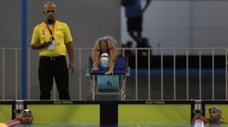 Seorang perenang  melompat saat Festival Akuatik Indonesia 2019 di Aquatic Center, Gelora Bung Karno, Jakarta, Kamis (25/4). FAI 2019 menjadi ajang untuk menyeleksi atlet jelang Olimpiade 2020. (Bola.com/Yoppy Renato)