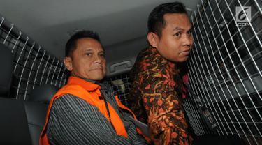 Presiden Komisaris PT Mugi Rekso Abadi (MRA) Soetikno Soedarjo berada di dalam mobil tahanan usai menjalani pemeriksaan oleh penyidik di Gedung KPK, Jakarta, Rabu (7/8/2019). Soetikno Soedarjo resmi ditahan KPK untuk mempermudah pemeriksaan. (merdeka.com/Dwi Narwoko)