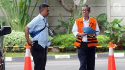 Kepala KPP Pratama Ambon La Masikamba (kanan) tiba di Gedung KPK, Jakarta, Selasa (15/1). La Masikamba diperiksa sebagai tersangka untuk melengkapi berkas dugaan menerima suap upaya pengurangan pajak yang harus dibayar. (Merdeka.com/Dwi Narwoko)
