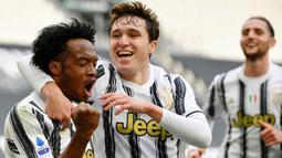 Penyerang Juventus, Juan Cuadrado, melakukan selebrasi usai mencetak gol ke gawang Inter Milan pada laga Liga Italia di Stadion Allianz, Sabtu (15/5/2021). Juventus menang dengan skor 3-2. (AFP/Isabella Bonotto)