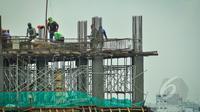 Sejumlah pekerja membuat rangka beton gedung di kawasan Jalan Kramat Raya Jakarta, Kamis (26/3/2015). Menaker Hanif Dhakiri mengatakan masyarakat harus aktif mewujudkan Indonesia Berbudaya Keselamatan dan Kesehatan Kerja (K3). (Liputan6.com/Faizal Fanani)