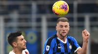 Bek Inter Milan, Milan Skriniar, berebut bola dengan gelandang AS Roma, Lorenzo Pellegrini, pada laga Serie A Italia di Stadion San Siro, Milan, Jumat (6/12). Kedua klub bermain imbang 0-0. (AFP/Miguel Medina)