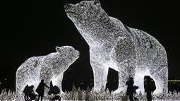Orang-orang melihat instalasi lampu yang dipasang untuk menyambut libur Tahun Baru dan Natal Ortodoks di Moskow, Rusia, pada 29 Desember 2020. (Xinhua/Alexander Zemlianichenko Jr)