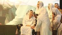 Istri mendiang Abdurrahman Wahid (Gus Dur), Sinta Nuriyah Wahid bersama putrinya saat diatas panggung dalam peringatan Sewindu Haul Gus Dur di Jakarta, Jumat (22/12). (Liputan6.com/Herman Zakharia)